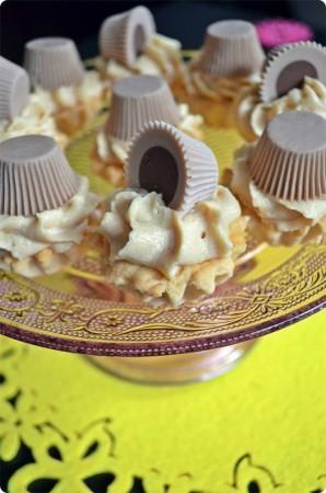 Kruche babeczki z kremem z masła orzechowego