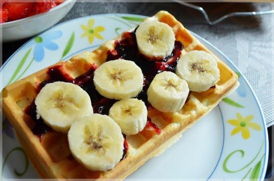 gofry z owocami i bitą śmietaną