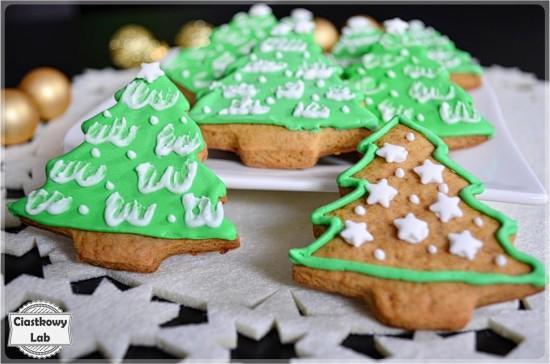 Zielone choinki ze śniegową pierzynką
