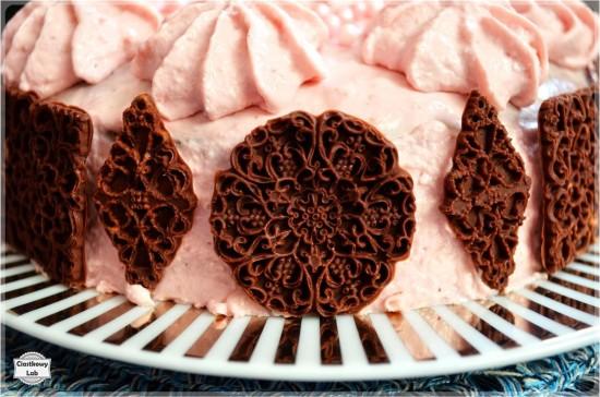 Torcik z kremem truskawkowym