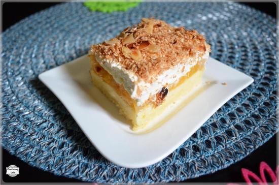 Ciasto z brzoskwiniami, bitą śmietaną i prażonym kokosem