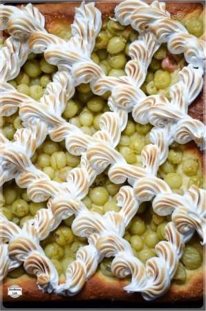 Ciasto drożdżowe z agrestem i bezą